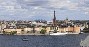 Hoge hoekmening over Riddarholmen-eiland in Stockholm stock videobeelden
