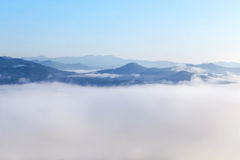 Hoge hoekmening over tropische bergen met witte mist in vroege ochtend royalty-vrije stock foto