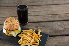 Hoge hoekmening van cheeseburger met frieten en drank Royalty-vrije Stock Foto