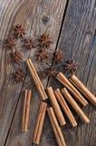 Hoge hoekmening van cinnamons met anijsplant royalty-vrije stock afbeeldingen