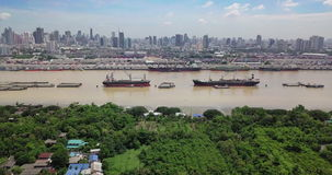 Hoge hoekmening van de horizon van Bangkok en mening van Chao Phraya River View van groene streek in Klap Krachao, Phra Pradaeng, stock video