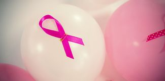Hoge hoekmening van de roze linten van Borstkanker op ballons Royalty-vrije Stock Afbeeldingen