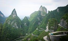 Hoge hoekmening van de weg door het hooggebergte Royalty-vrije Stock Foto's