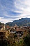 Hoge hoekmening van een dorp op een berg Stock Foto's