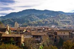 Hoge hoekmening van een dorp op een berg Stock Fotografie