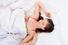 Hoge hoekmening van een Jonge vrouwelijke slaap Stock Foto's