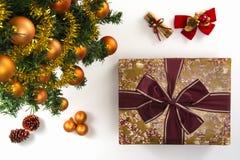 Hoge hoekmening van een verpakte gift, een inzameling van Kerstmis orn Stock Foto
