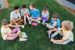 hoge hoekmening van groep aanbiddelijke schoolkinderen royalty-vrije stock foto's
