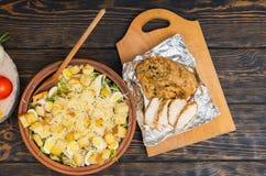 Hoge hoekmening van grote kleischotel met smakelijke caesar salade dichtbij Royalty-vrije Stock Afbeeldingen