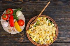 Hoge hoekmening van grote kleischotel met smakelijke caesar volgende salade Royalty-vrije Stock Fotografie