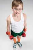 Hoge hoekmening van het glimlachen de domoren van de jongensholding Stock Fotografie
