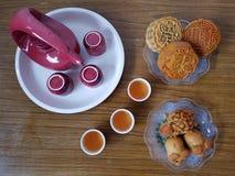 Hoge hoekmening van maancakes met Chinese thee stock afbeelding