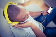Hoge hoekmening van mens het luisteren muziek Stock Afbeelding