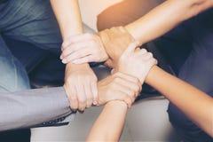 Hoge Hoekmening van mensen die handen met elkaar verbinden Royalty-vrije Stock Afbeeldingen