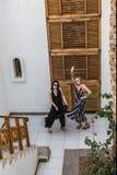 hoge hoekmening van mooie meisjes in zonnebril die pret hebben samen bij toevlucht in Egypte stock foto