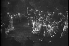 Hoge hoekmening van paren die in openlucht dansen stock footage