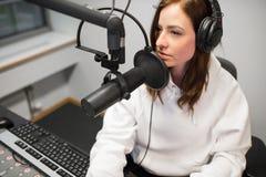 Hoge Hoekmening van Radiojockey Communicating On Microphone stock fotografie
