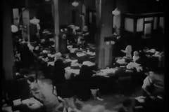 Hoge hoekmening van werknemers die in redactiekamer werken stock footage
