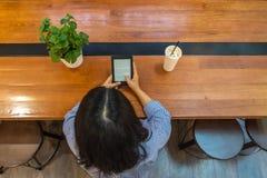 Hoge hoekmening van wijfje die tablet voor lezing gebruiken ebook royalty-vrije stock fotografie