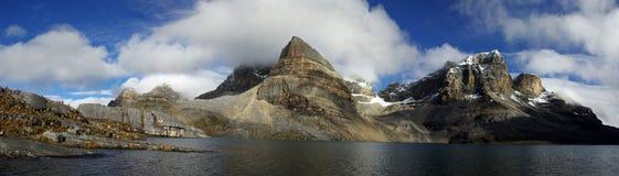 Hoge hoogtemeer en bergen van de Andes Stock Foto