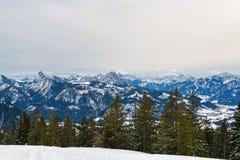 Hoge hoogtemening van sneeuw alpiene bergketens stock afbeeldingen