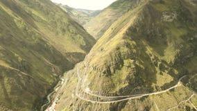 Hoge Hoogtetrein in de Ecuatoriaanse Andes die Nariz Del Diablo naderen stock video