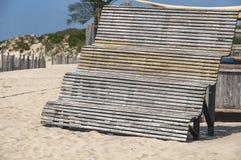 Hoge houten bank op het strand stock foto