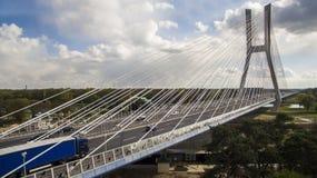 Hoge kabelbrug over de rivier stock fotografie