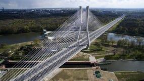 Hoge kabelbrug over de rivier stock afbeeldingen