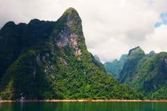 Hoge klippen op het tropische eiland Royalty-vrije Stock Foto's