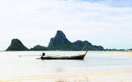 Hoge klippen op het tropische eiland Royalty-vrije Stock Afbeelding
