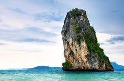 Hoge klippen op het tropische eiland Stock Foto's