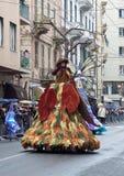 Hoge, lange vrouwen met gekleurd gekleed masker Royalty-vrije Stock Fotografie
