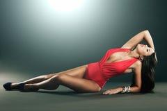 Hoge manier die van vrouw in rode lingerie is ontsproten Stock Fotografie
