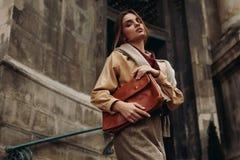 Hoge Manierkleding Vrouw in Modieuze Kleren in Straat stock afbeeldingen