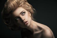 Hoge maniervrouw met abstracte haarstijl stock foto's