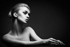 Hoge maniervrouw met abstracte haarstijl stock afbeeldingen