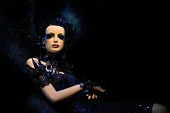 Hoge mannequin in blauwe kleding en fantasie s Royalty-vrije Stock Foto's