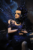 Hoge mannequin in blauwe kleding en fantasie s Stock Foto