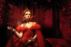 Hoge mannequin in rode kleding en fantasie s Stock Foto's