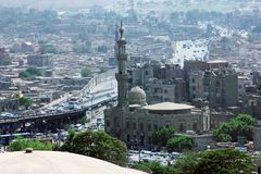 Hoge mening van overvol Islamitisch Kaïro in Egypte bij de zomer