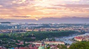 Hoge mening van Praag bij zonsondergang stock afbeelding