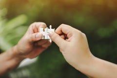 Hoge mening van zakenlieden die puzzel oplossen Eenheid in gro royalty-vrije stock afbeeldingen