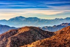 Hoge omhoog Meningen van Gelaagde Draperende Bergketens Royalty-vrije Stock Foto's