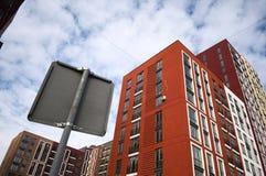 Hoge omhoog moderne flatgebouwen in een woondistrict Royalty-vrije Stock Afbeeldingen
