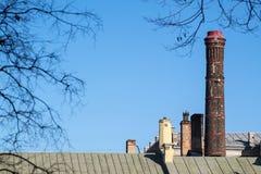 Hoge oude verwarmingspijp tegen de blauwe hemel royalty-vrije stock fotografie