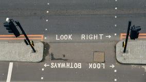 Hoge perspectiefmening van lege voetgangersoversteekplaats in de Stad van Londen Iconisch kijk linker en kijk net geschilderde te stock fotografie