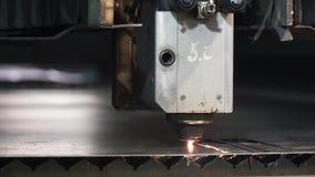 Hoge precisiecnc blad van het laser het scherpe metaal klem De moderne technologieën maken het mogelijk om high-precision delen t stock footage