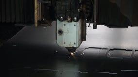 Hoge precisiecnc blad van het laser het scherpe metaal klem Laserknipsel in druk Moderne industriële technologie stock videobeelden