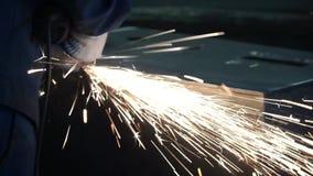 Hoge precisiecnc blad van het laser het scherpe metaal klem Laserknipsel in druk Moderne industriële technologie stock footage